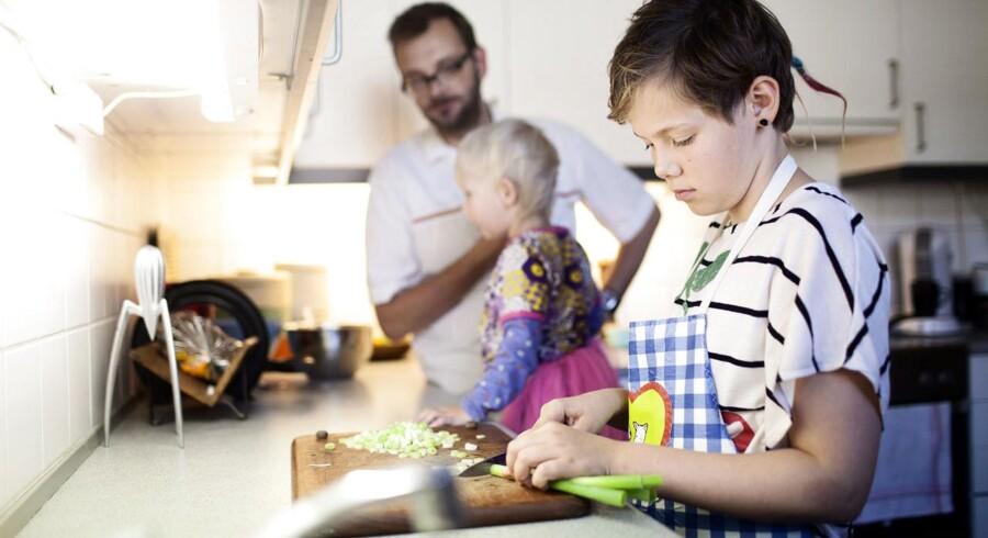 Når man mødes over aftensmaden og snakker om hvordan dagen er gået, skal forældre huske at støtte op om skolen og lærerne, siger Mette With Hagensen, landsformand for organisationen Skole og Forældre. Arkivfoto: