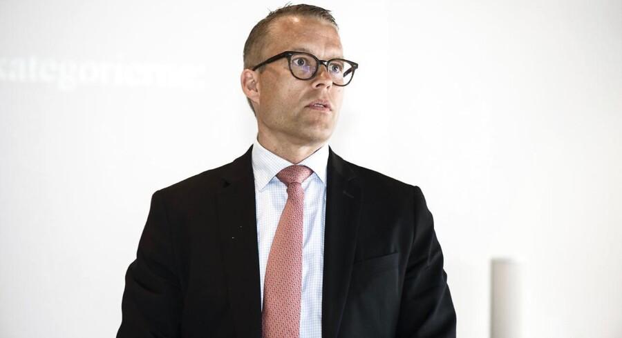 Novo Nordisk brød tilsyneladende en vækstmur på det kinesiske marked og slog overraskende sin franske ærkerival Sanofi. Vendepunktet i Kina styrkede Jakob Riis' kandidatur til at overtage tronen i Novo efter Lars Rebien Sørensen, vurderede både analytiker og headhunter mandag.
