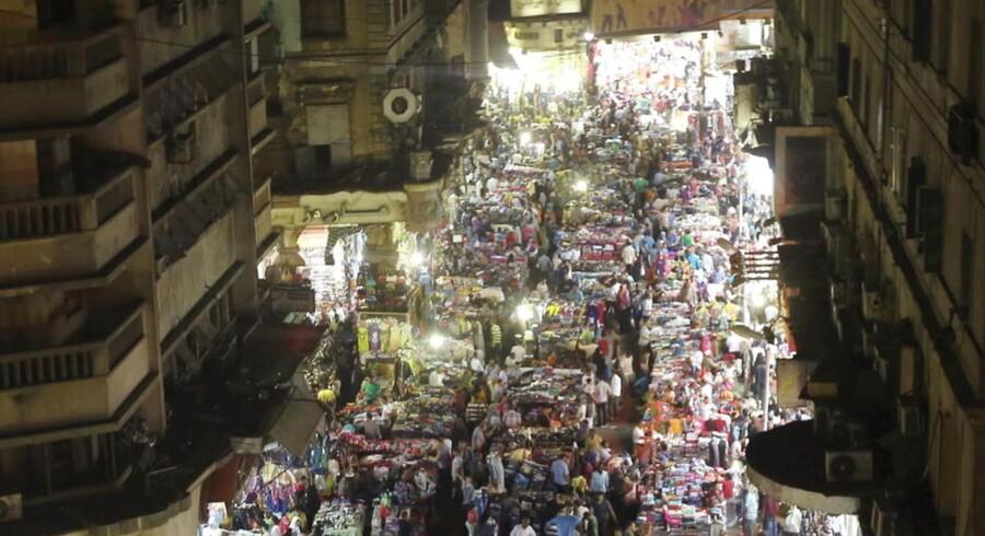 Egypterne er i stort tal på gaden for at forberede afslutningen af Ramadan. Her er det Al Ataba-markedet i Cairo.