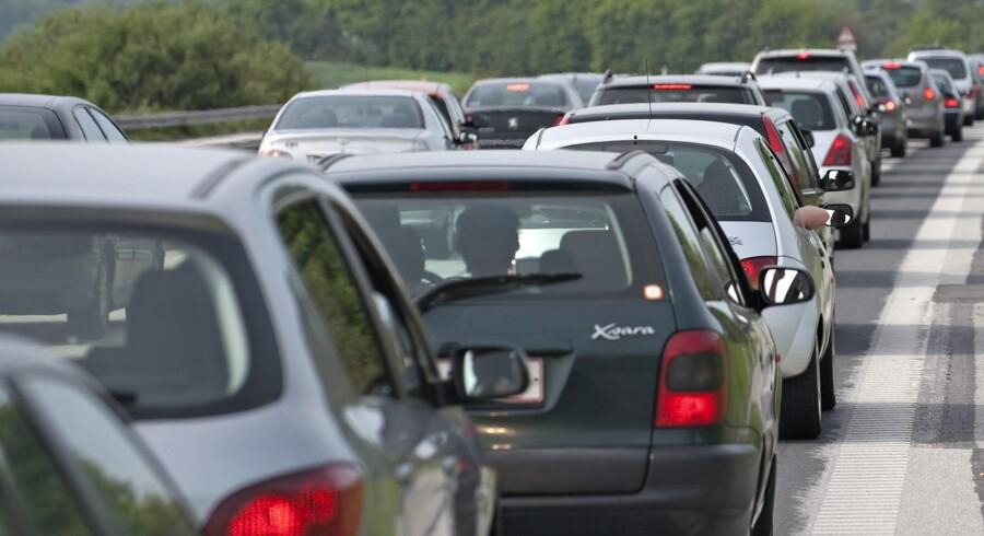 Pendlere, der har 100 kilometer til og fra arbejde, mister knap tre kroner om dagen næste år, fordi befordringsfradraget bliver mindre. Scanpix/Claus Fisker