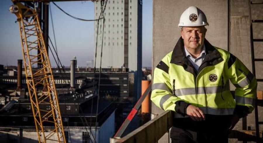 Modsat en god del andre topchefer kan 48-årige Jens Nyhus, adm. direktør i Carlsbergbyen, sagtens kombinere regneark og ledelsesteorier med praktisk håndværk. Allerede som 16-årig kom Silkeborg-drengen nemlig i lære som murer.