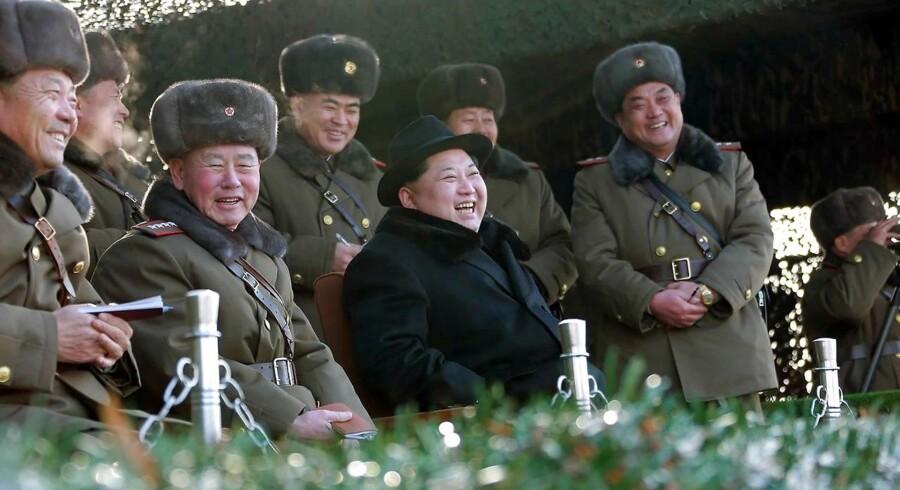nordkoreas leder kim Jong-un (i sort frakke) besøger hæren. Foto frigivet 21. februar.