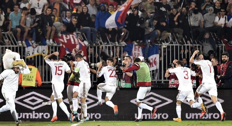 Albanske spillere flygter fra banen i Beograd, mens serbiske hooligans overfalder dem med kasteskyt. Nogle kontrollører hjalp endda med at overfalde dem, mens de serbiske spillere forsøgte at eskortere deres modstander i sikkerhed.
