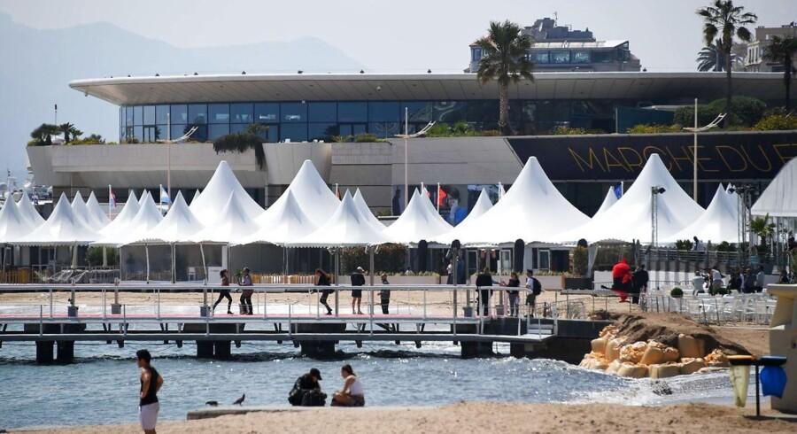 Stranden ville nok være særdeles pæn, hvis den ikke for tre fjerdedeles vedkommende var proppet med store og små hvide telte, som en middelalderhær, der gør klar til invasionen, konstaterer Berlingskes ene - og debutterende - Cannes-udsendte, som i selskab med den garvede filmredaktør er landet i den solbeskinnede franske by i forbindelse med sin første »film-invasion«.