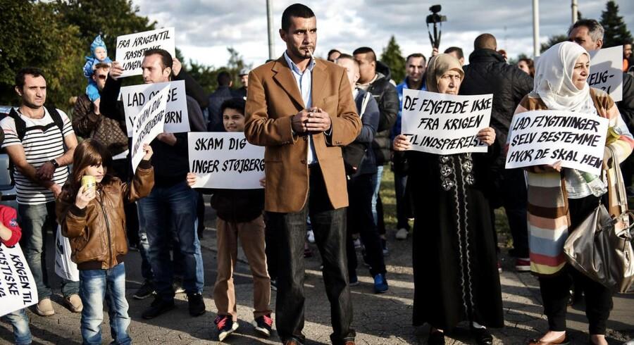 En gruppe på omtrent 50 flygtninge ankom tirsdag til Rødbyhavn. Ved den lokale sportshal, hvor de skal registreres, blev de mødt af bborgere, der bød dem velkomne. Foto: Mathias Løvgreen Bojesen