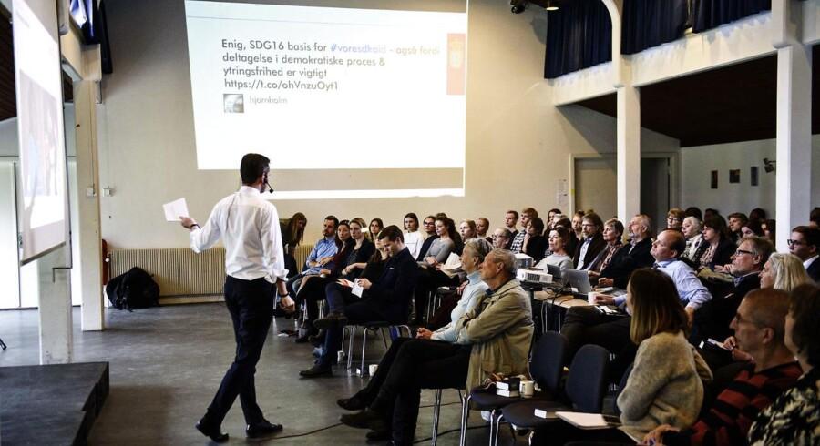 Udenrigsminister Kristian Jensen (V) afholdte folkemøde på Krogerup Højskole mandag den 4. april 2016. Her bliver der blandt andet diskuteret ny dansk udviklingsstrategi, og hvordan Danmark bedst kan bruge sin udviklingsbistand.