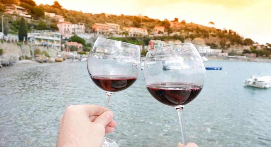 Der skåles i den norditalienske kystby Portovenere. Også når danskerne drikker vin, foregår det ofte fra flasker med italienske etiketter.