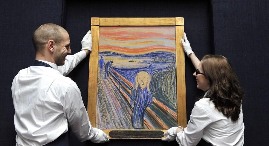 »Skriget« holdes op af medarbejdere fra Sotheby's Auction House i London i 2012.