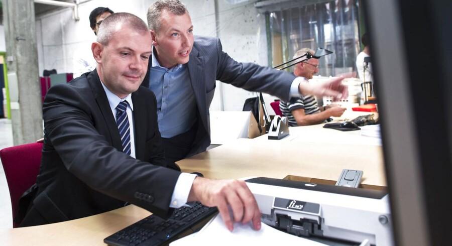 Finansminister Bjarne Corydon og IT-Branchens afgående direktør Morten Bangsgaard (th.). Her på Esbjerg virksomheden Dansk Scanning.