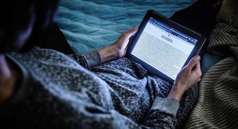 PLUS-historie. Fremover skal forfattere belønnes, når bibliotekerne udlåner digitale bøger, mener regeringen. Forslaget løser ikke i sig selv konflikt om udlån af e-bøger. (se Ritzau historie 051600) - -E-bog læsning på Ipad. Tablet. E-bog. eReolen. eReolen.dk. Internet. Modelfotos. (Foto: Thomas Lekfeldt/Scanpix 2014)