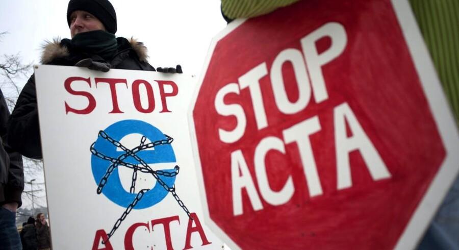 Vinterkulden kunne ikke afholde tusinder fra at demonstrere mod den omstridte ACTA-aftale i storbyer over hele Europa. Her er det protesterende i Ungarns hovedstad, Budapest. Foto: Anos Marjai, EPA/MTI/Scanpix