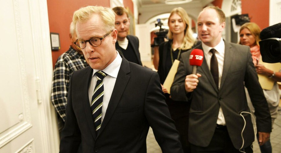 Forsvarsminister Carl Holst (V) på vej til samråd.