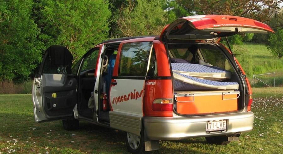 Bilen forvandles til en behagelig seng ved at trække en plade ud, lægge madrasserne ovenpå, og klikke en presening på. Bag passagersædet er der køleskab og fryser og (billede t.h.:) bag førersædet »køkkenet«, som klappes ud ved siden af døren.