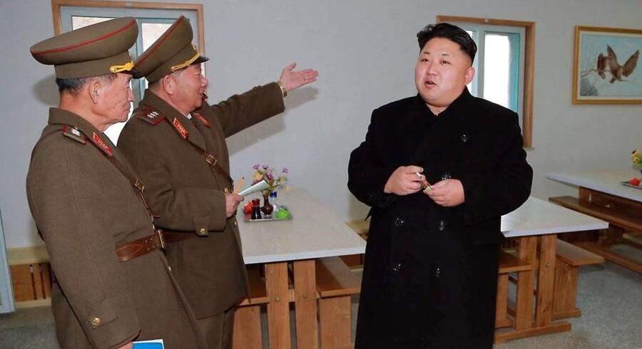 Den nordkoreanske leder, Kim Jong-un (til højre), er ufrivilligt hovedperson i en ny film, som får julepremiere i USA, og som har påkaldt sig det lukkede regimes vrede. Arkivfoto: KCNA/AFP/Scanpix