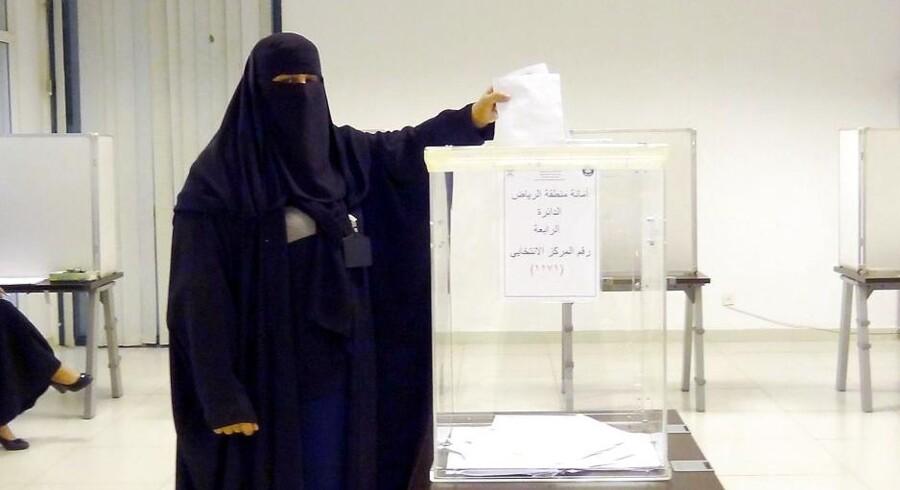 Saudiarabiske kvinder fik lørdag lejlighed til at gå til stemmeurnerne i det første saudiske valg, hvor der ikke bare er kvinder i valglokalet, men også på stemmesedlen.