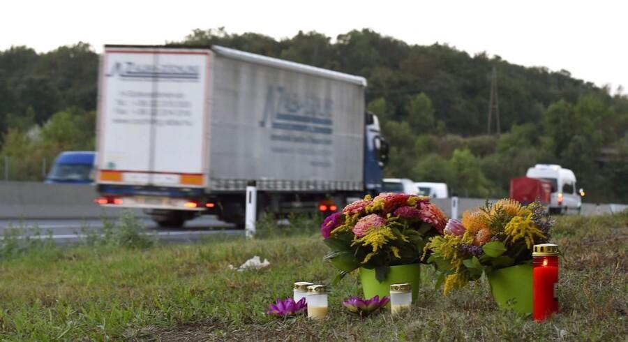 Blomster lagt nær den lastbil, der forleden blev fundet med døde 71 flygtninge ombord.