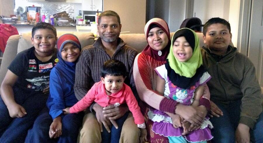 Sayed og Jumabibi Kasim med parrets fem børn: Lokman, Siti Suadikah, Faruqe, Rohanah og Khadijah. Foto: Mimi Munch-Jensen