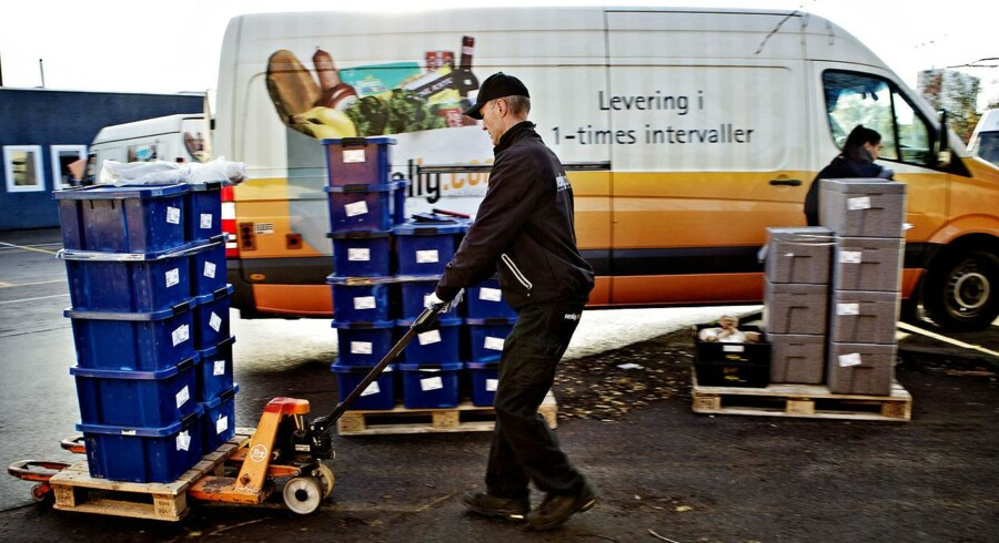 Køretur med nemlig.com. Fragt af dagligvarer købt på nettet. Hvordan ser det ud, når nemlig.com bringer varer ud? Chaufføren hedder Henning Nielsen Bilen læsses om morgenen