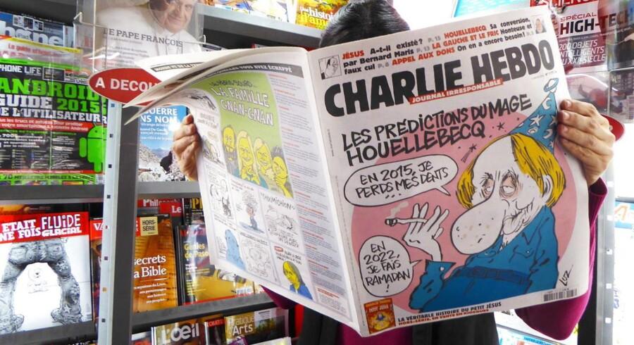 En kvinde læser den seneste udgave af Charlie Hebdo i en boghandel i Paris 7. januar.