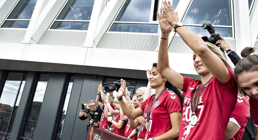 Kvindelandsholdet blev mandag eftermiddag den 7. august hyldet på Viborg Rådhus efter hjemkomsten til Danmark med sølvmedaljer. (foto: Henning Bagger / Scanpix 2017)