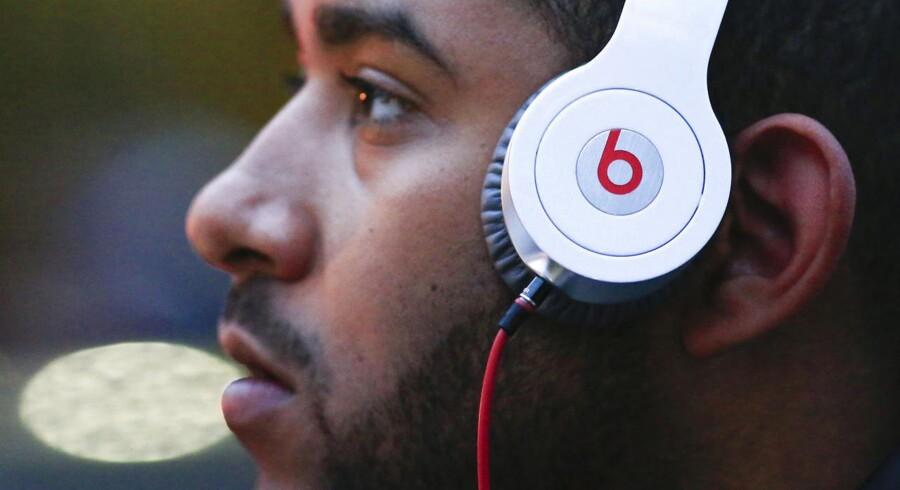 Apple får et sagsanlæg med i handlen ved overtagelsen af Beats hovedtelefoner. Selskabet er nemlig lige blevet stævnet af konkurrenten Bose, som mener, at Beats har brudt fem patenter.