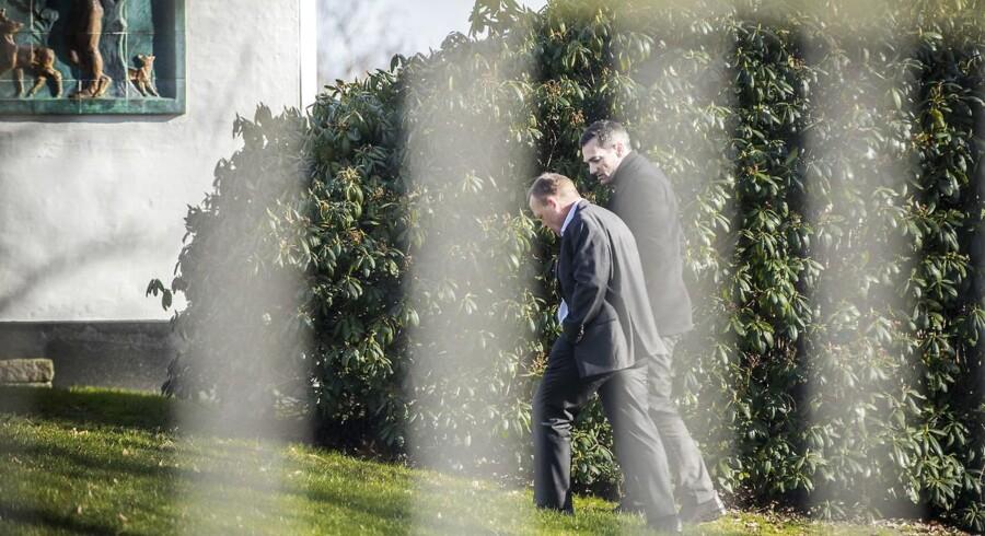 Rasmus Jarlov og Lars Løkke Rasmussen går en tur under forhandlingerne på Marienborg.