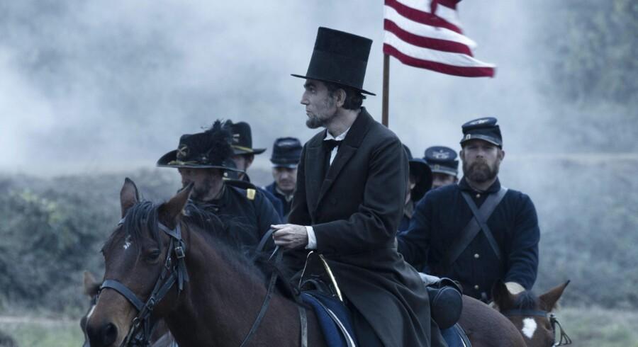 Daniel Day Lewis som præsident Abraham Lincoln i en scene i Steven Spielbergs omdiskuterede film »Lincoln«. Foto: David James / EPA / Dreamworks