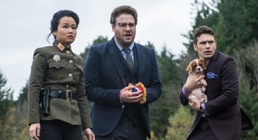Filmens to hovedrolleindhavere Seth Rogen (midt) og James Franco (th). Pressefoto fra filmen: Ed Araquel.