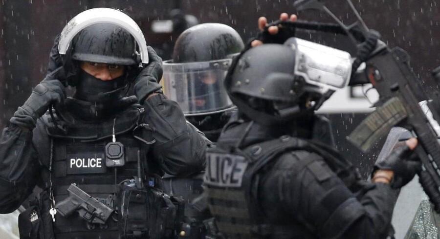 Paris er præget af stærkt bevæbnet politi, der jager de to brødre, der er mistænkt for at have dræbt 12 mennesker på Charles Hebdo.
