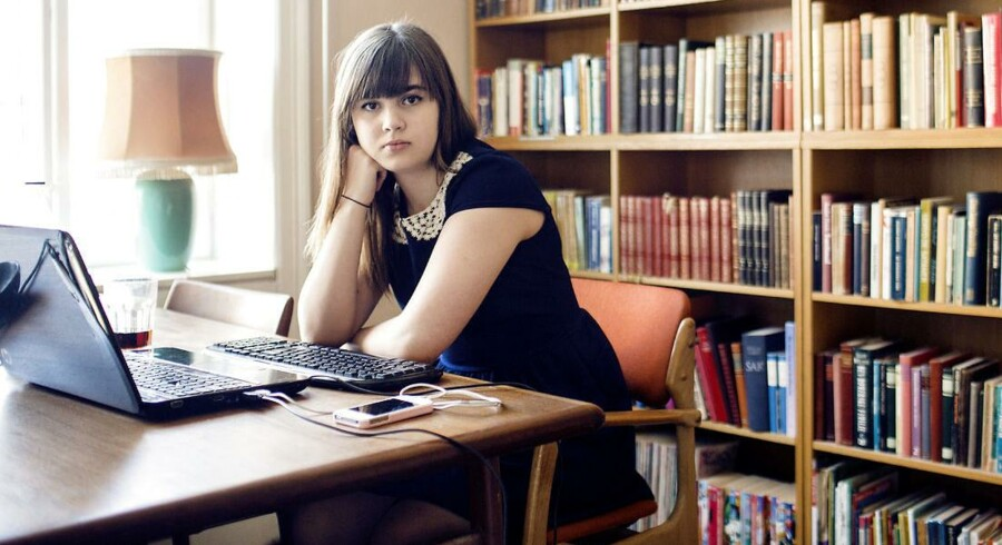 """Helena Lyng Blak står bag novellen """"Pigerne"""", som netop er blevet udgivet i bogen """"Digital mobning"""". Hun er 17 år, går i 1.g på Rysensteen Gymnasium. Foto: Nikolai Linares"""