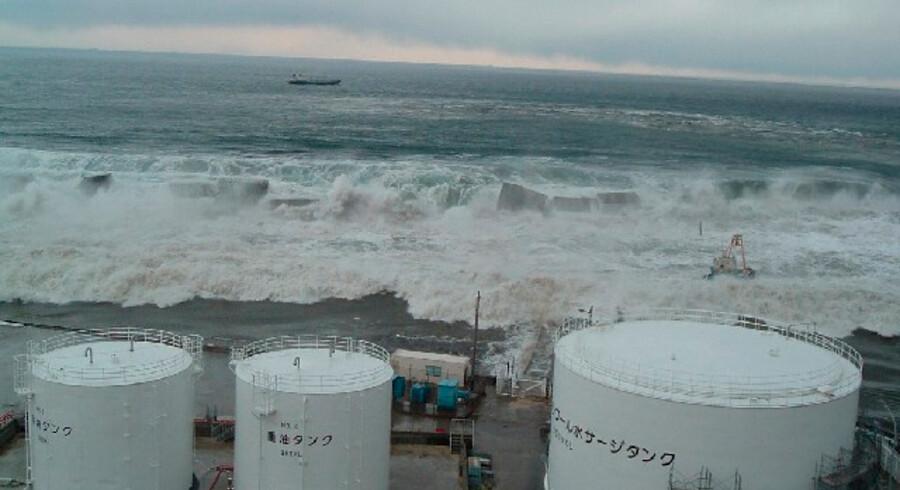 Her er billedet, som de fleste ikke vidste fandtes: Tsunamibølgen ruller ind over atomkraftværket Fuskushima efter jordskælvet 11. marts, og udløser efterfølgende den værste atomkrise siden Tjernobyl-ulykken i 1986. Klik videre og se flere billeder fra oversvømmelserne ude og inde i atomkraftværket.