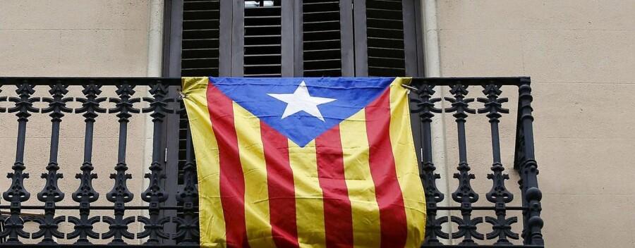 Det catalanske flag »Estelada« pyntede flere balkoner i Barcelona og resten af Catalonien søndag, hvor der var valg.