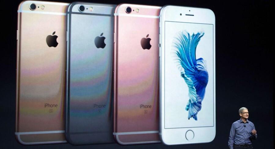 Apple-topchef Tim Cook foran den nye iPhone 6S ved præsentationen i sidste uge. 6S-telefonerne har samme størrelse som forgængerne men kommer i andre farver, og den teknologiske indmad er opdateret. Arkivfoto: Josh Edelson, AFP/Scanpix Foto: Josh Edelson