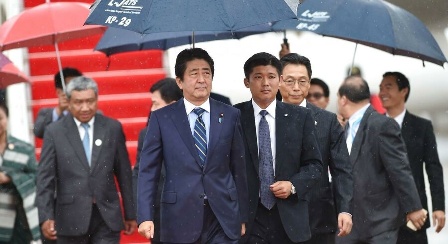 Japans premierminister, Shinzo Abe (midten), ankommer til den internationale lufthavn i Vientiane den 06. september 2016 forud for topmødet i Laos for de sydøstasiatiske landes organisation, Asean.