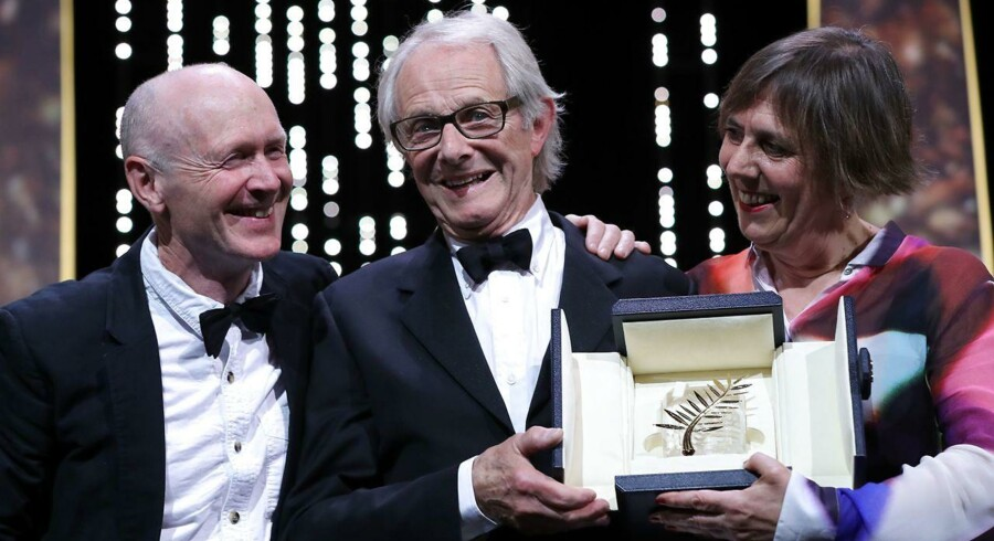 Den britiske instruktør Ken Loach (i midten) kunne søndag notere sig sejren i Cannes-festivalens hovedkonkurrence.