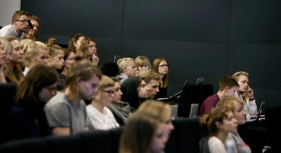 17 de 62 uddannelser, hvor de studerende højest får fem timer sammen med deres underviser om ugen, er på Aalborg Universitet.