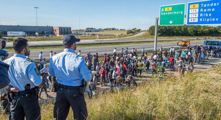 politibetjente følger gruppen på 300 flygtninge og migranter, der begav sig mod nord ad E45-motorvejen