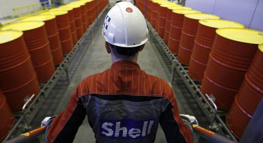Oliegiganten Royal Dutch Shell går hårdt til værks med nedskæringer i 2015, hvor selskabet venter omkostningsreduktioner på 4 mia. dollar og fjernelse af 6500 stillinger.