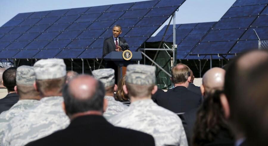 Præsident Barack Obama holder en tale ved flyvebasen Hill Air Force Base, Utah, hvor solpaneler leverer energi.