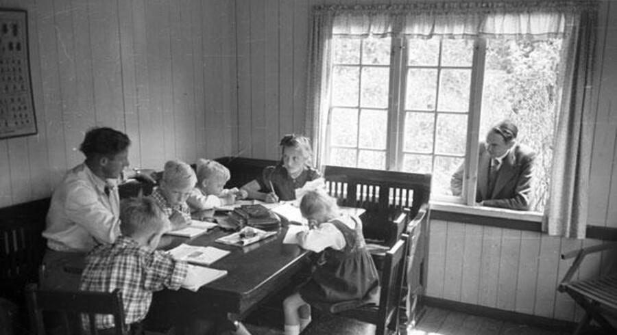 »Han har på én gang været både nærværende og glimret ved sit fravær,« siger Kaj Munks barnebarn, Ane Mathilde Munk om den farfar, som hun aldrig nåede at møde. På billedet fra 1942 kigger digterpræsten ind til børnene Yrsa, Solveig, Arne (far til Ane Mathilde), Helge og Mogens på Vedersø Præstegård.