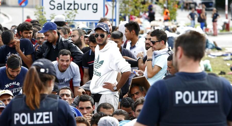 ARKIVFOTO: Tysk politi står sammen med en gruppe migranter ved den tysk-østrigske grænse.