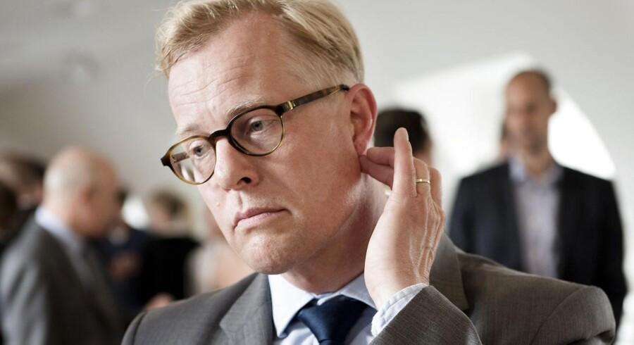 Carl Holst skader sin anseelse og sit image, allerede inden han rigtig er kommet i gang som minister, har kritikken af forsvarsministeren blandt andet lydt.