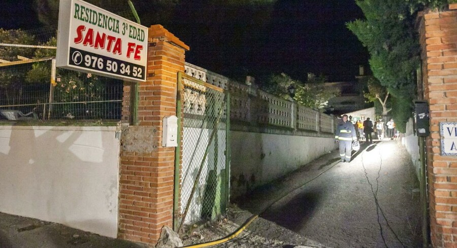 Indgangen til plejehjemmet i Zaragoza, hvor otte mennesker er omkommet i en brand.