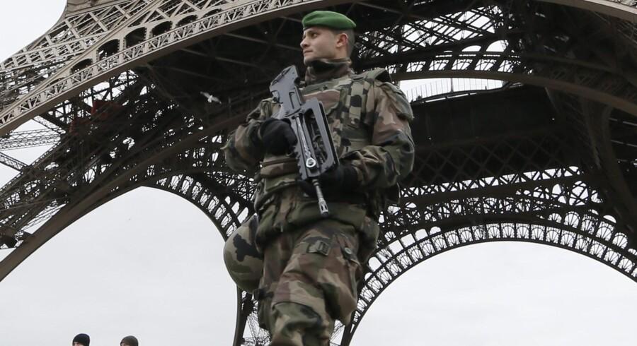 De franske myndigheder er over enhver, der på nogen måde forherliger attentatet på Charlie Hebdo eller den efterfølgende terror. Alene i den første uge efter angrebet på den satiriske avis rejste anklagemyndigheden tiltale i et halvt hundrede sager, og i adskillige af dem er dommen faldet, nærmest inden retsforhandlingerne gik i gang. I dagene umiddelbart efter terrorhandlingerne var politiet og militæret også massivt fysisk til stede i Frankrig som her ved Eiffeltårnet i Paris. Foto: Gonzalo Fuentes