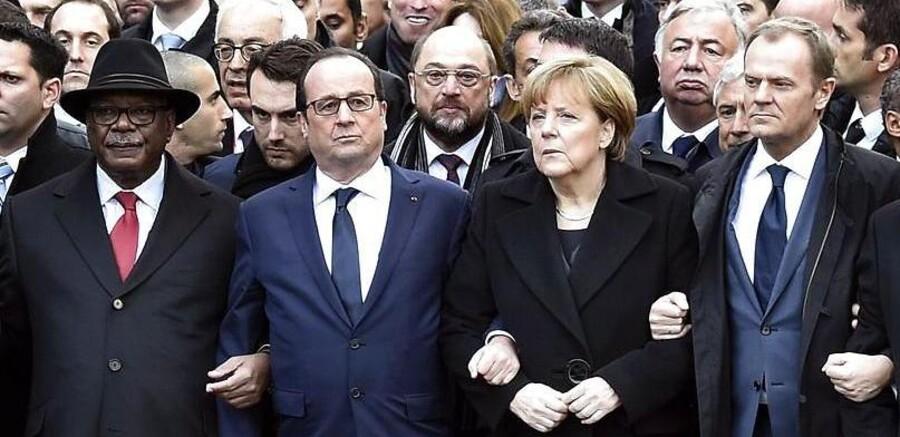Præsident Hollande arm i arm med andre statsledere