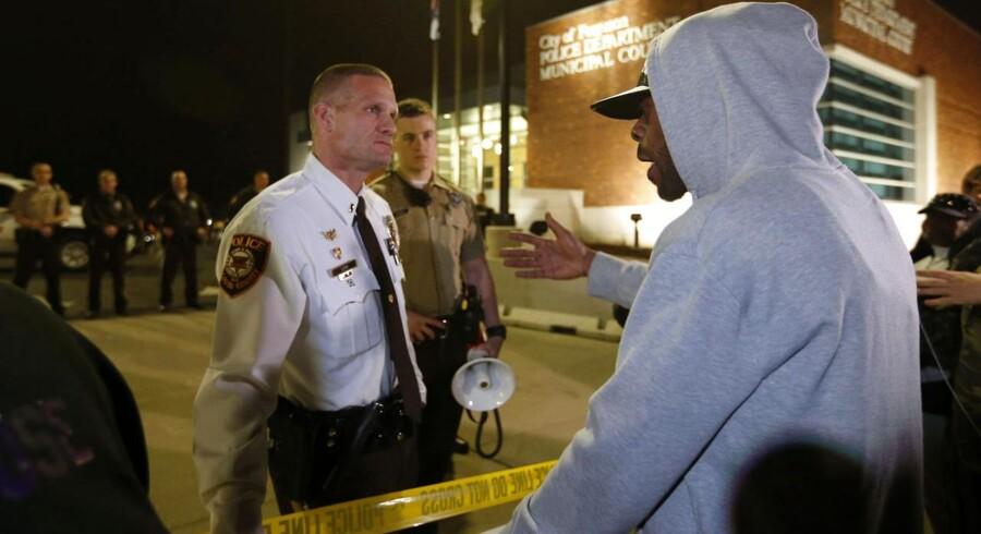 Politiinspektør i St. Louis County Jerry Lohr taler med domonstranter.