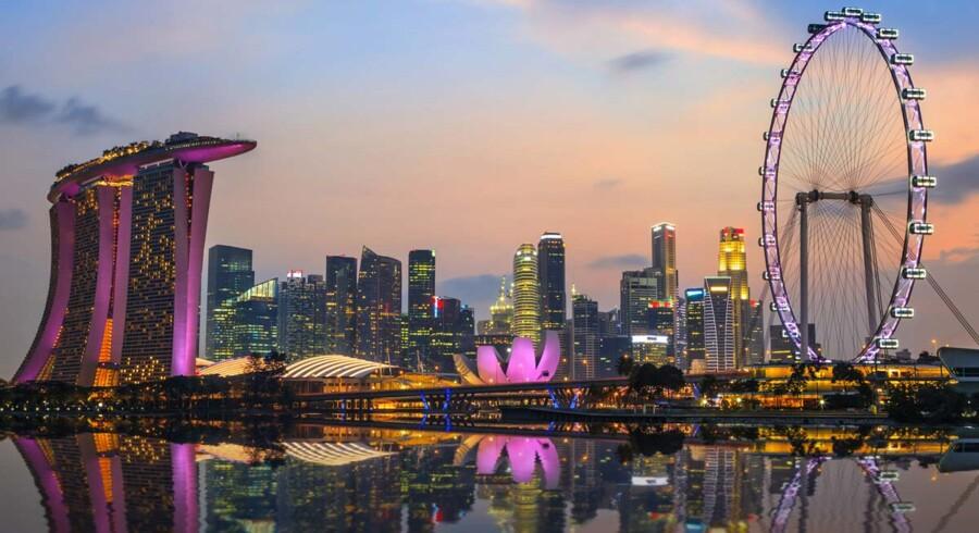 Singapore set fra marinaen med det imponerende Marina Bay Sands Hotel til venstre. Foto: Scanpix/Iris.