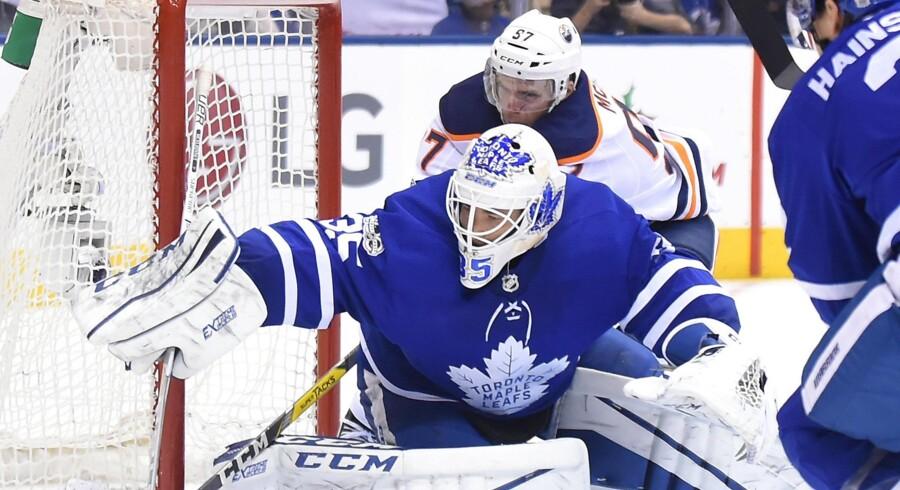 Toronto Maple Leafs' målmand Curtis McElhinney præsterede hele 41 redninger i hjemmekampen mod Edmonton Oilers. Scanpix/Dan Hamilton