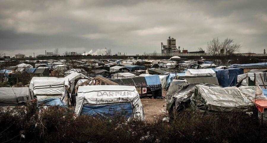 De flere tusinde migranter, der befinder sig i en lejr i Calais i Frankrig, er blevet udsat for brutale overfald af væbnede personer på den yderste højrefløj.