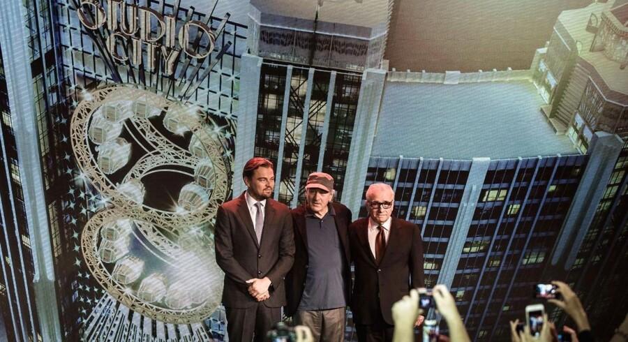 Hollywood-stjernene Leonado DiCaprio, Robert De Niro og filminstruktøren Martin Scorsese poserede foran verdens højeste pariserhjul til åbningen af Studio City mandag den 27. oktober 2015 i den kinesiske kasinoby Macau. Det enorme underholdningsmekka slår dørene op i en tid, hvor Macau skranter og taber enorme summer på gambling-indtægter.